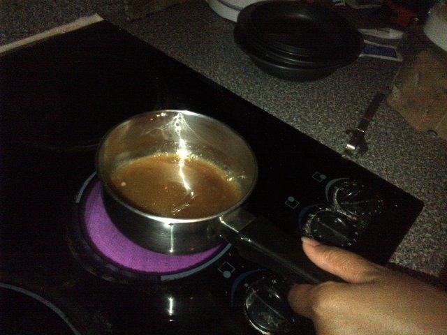 Préparation du caramel pour le flan au coco