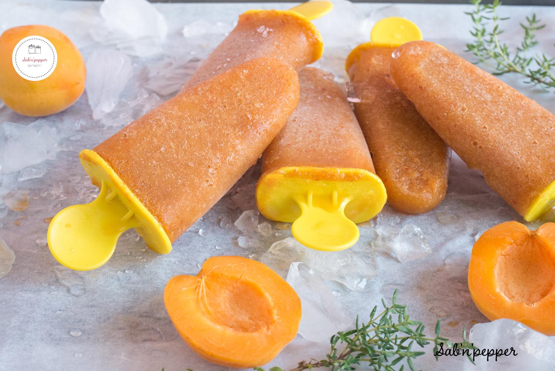Des esquimaux abricot thym sont un dessert frais parfait pour les enfants